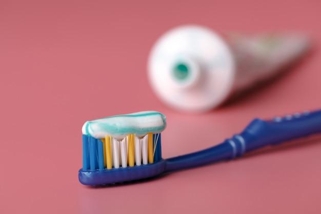 Pasta do zębów z bliska na różowo