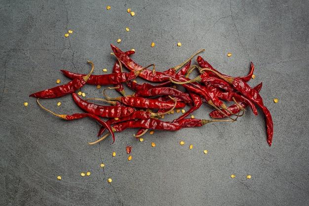 Pasta z czerwonego chili na czarnym tle.