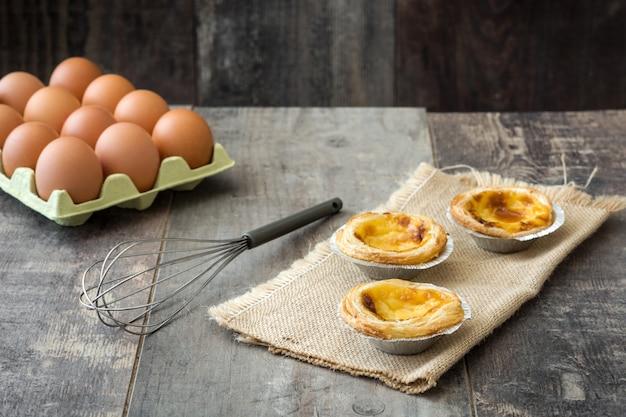 """""""pasteis de nata"""" typowa portugalska tarta z kremem jajecznym na drewnianej powierzchni"""