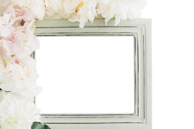 Pastelowa drewniana rama ozdobiona kwiatami piwonii, miejsce na tekst. makieta