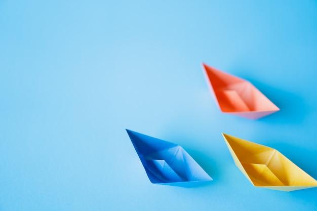 Pastelowa koloru papieru łódź na czystym tle z kopii przestrzenią