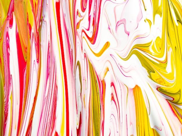 Pastelowa konsystencja kremu cukierkowego z różowymi i żółtymi kolorami