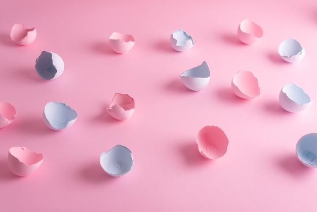 Pastelowa wielkanocna malowana skorupka jajka w różowo-niebieskim kolorze. minimalistyczne tło wielkanocne