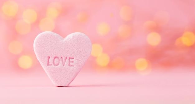 Pastelowe kolorowe cukierki serca w tle bokeh
