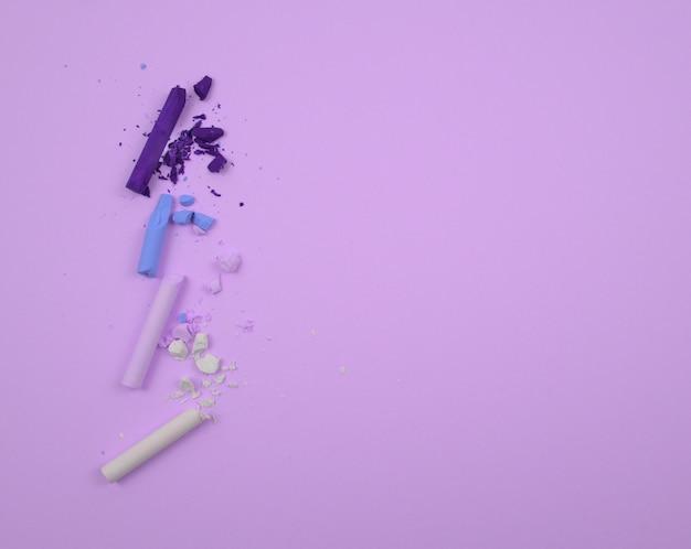 Pastelowe kolory białofioletowoniebieskie i jasnoniebieskie kredki lub sztyfty kredowe z połamanymi kawałkami