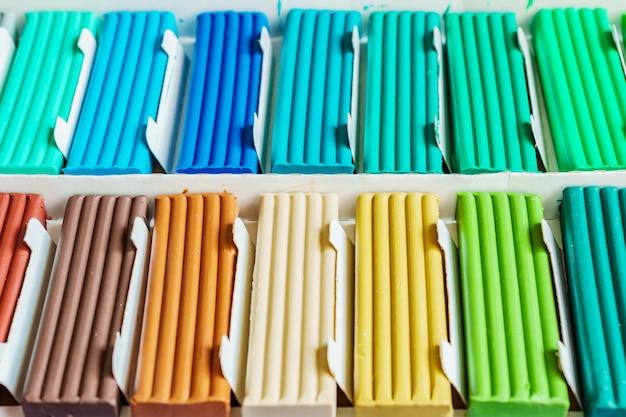 Pastelowe kolory modeliny. stubarwni plastelina bary ina pudełko, tło tekstura