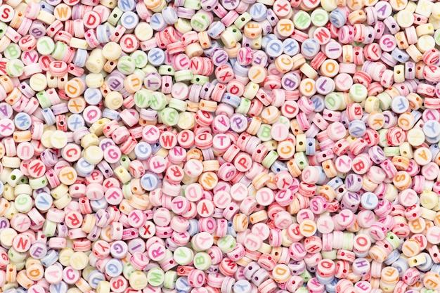 Pastelowe koraliki z liter alfabetu angielskiego