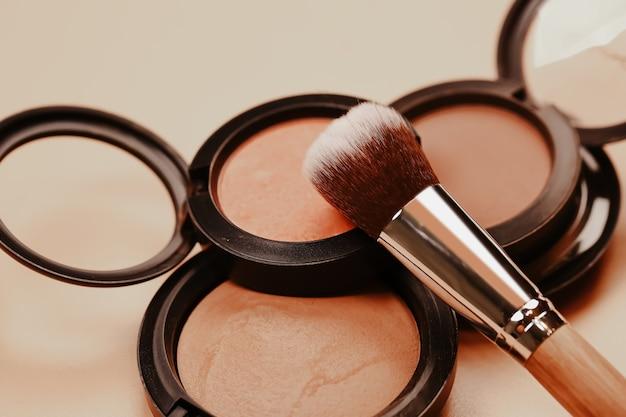 Pastelowe kosmetyki organiczne do makijażu i pędzel do cieni do powiek w naturalnej beżowej koncepcji zero waste ecofriendly ...