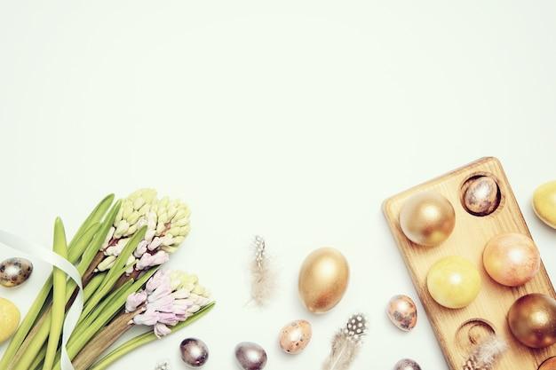 Pastelowe pisanki wielkanocne na stole
