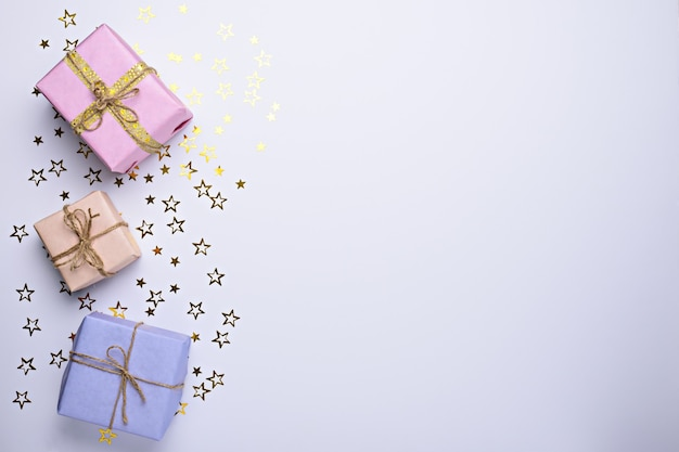 Pastelowe pudełka na prezenty z gwiazdami brokatu na białym tle z miejsca na kopię