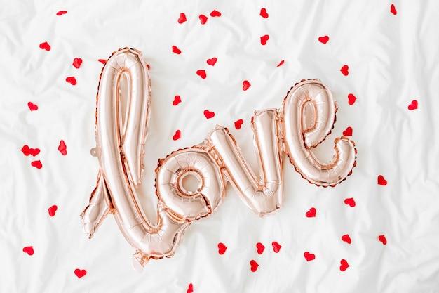 Pastelowe różowe balony w kształcie napisu