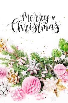 Pastelowe różowe konfetti, kokardki i papierowe dekoracje. płaski świecki, widok z góry. skład wakacje na obchody nowego roku lub bożego narodzenia. płaski układanie, widok z góry
