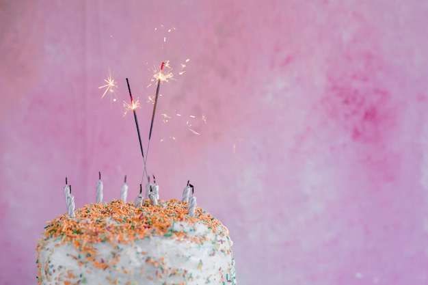 Pastelowy urodzinowy tort z brylantem