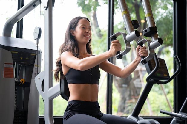 Pasuje młoda kobieta azji w siłowni
