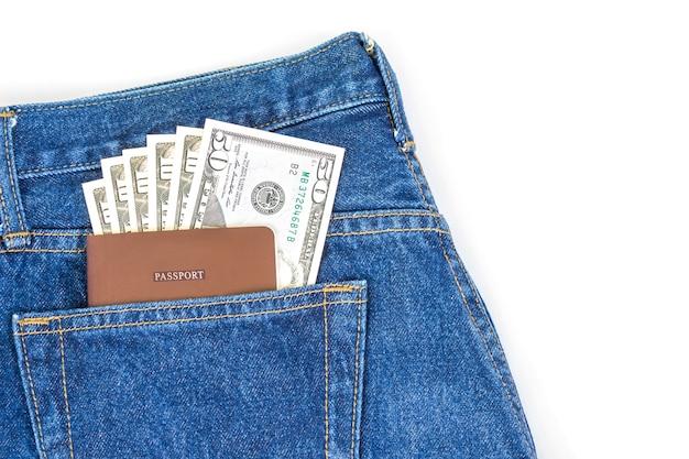 Paszport, banknot dolara w kieszeni dżinsowej jean