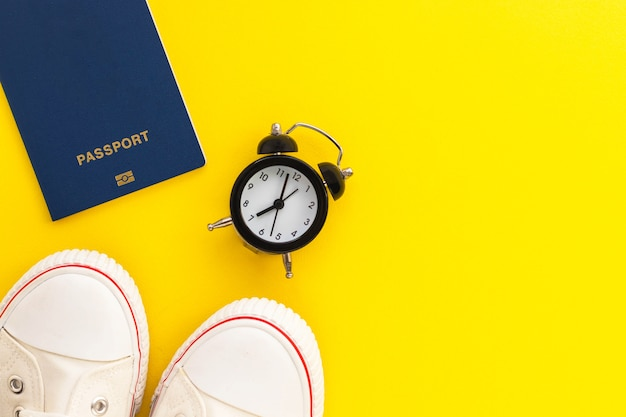 Paszport, budzik i gumowe buty
