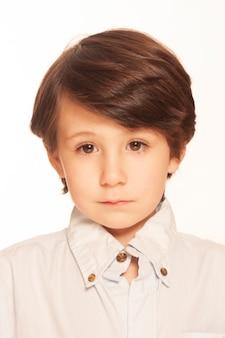 Paszport dziecka zdjęcie malucha na białym tle portret smutnego dziecka patrzącego na kamerę