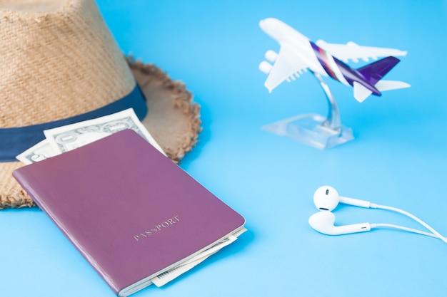 Paszport kapelusz i kalendarz na stole