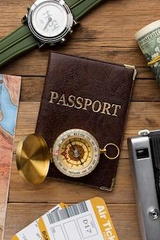 Paszport leżący płasko, kompas, bilety