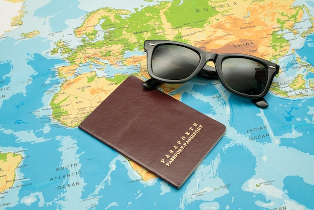 Paszport, mapa świata, aparat fotograficzny. koncepcja podróży
