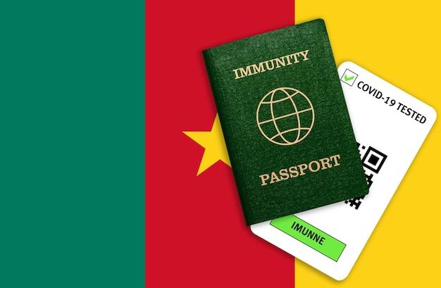 Paszport odporności i wynik testu na covid-19 na fladze kamerunu. certyfikat dla osób, które przeszły koronawirusa lub zrobiły szczepionkę.