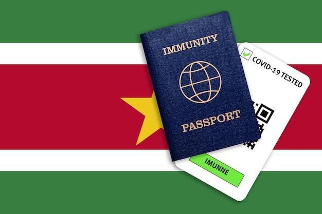 Paszport odporności na podróżowanie po pandemii i wynik testu na covid na banderę surinamu