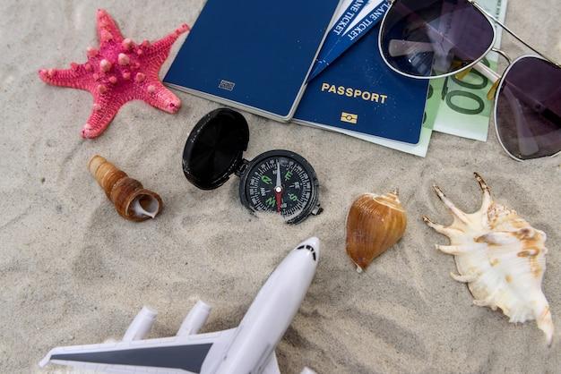 Paszport, samolot zabawkowy, banknoty dolarowe, koncepcja podróży