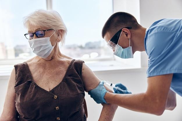 Paszport szczepionkowy pacjenta i lekarza w maskach medycznych