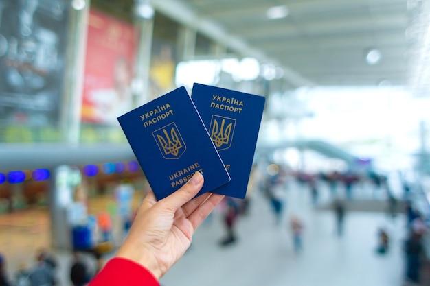 Paszport ukraiński w ręku na lotnisku przed odlotem. czas podróży