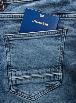 Paszport w tylnej kieszeni jeansów. podróżował koncepcja lub imigracja.