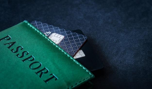 Paszport z kartami kredytowymi w ciemności