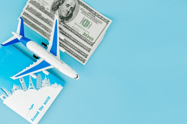 Paszport z modelem samolotu i banknotami dolarowymi