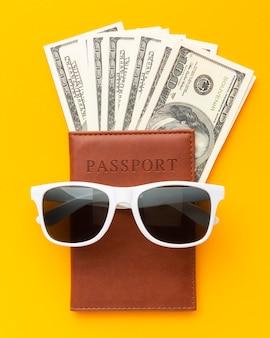 Paszport z widokiem z góry i okulary przeciwsłoneczne