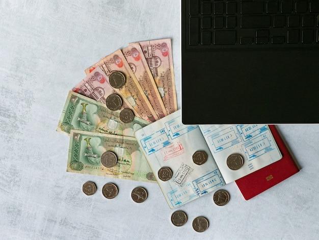 Paszport z wizami i dirhamami arabskimi. koncepcja podróży
