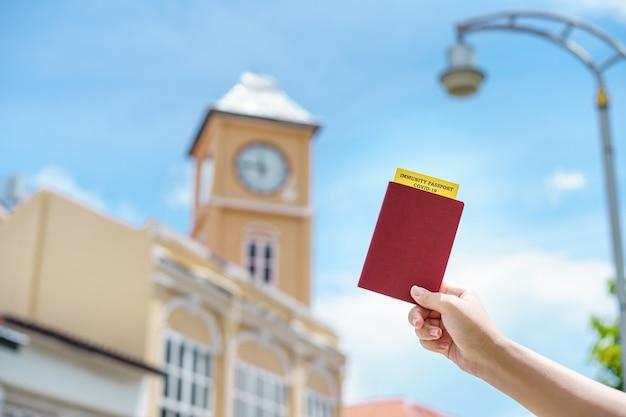 Paszport ze świadectwem szczepień do karty ewidencyjnej covid-19. paszport odpornościowy lub zaświadczenie o zaszczepieniu się przed podróżą. szczepienia, paszport odporności na choroby