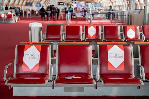 Paszporty leżą na krześle w poczekalni na lotnisku, dystans społeczny. zdjęcie wysokiej jakości