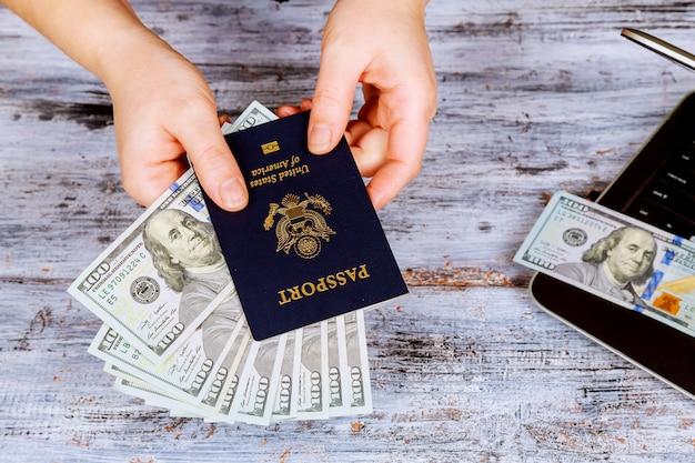 Paszporty z zamkniętymi banknotami dolarowymi z turystyką turystyczną. podróż.