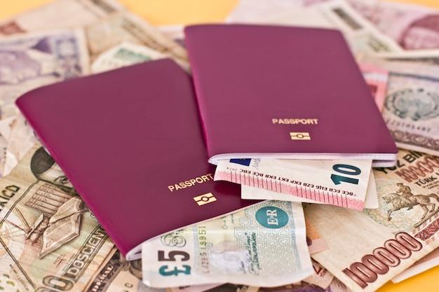 Paszporty zagraniczne i pieniądze z różnych krajów europejskich