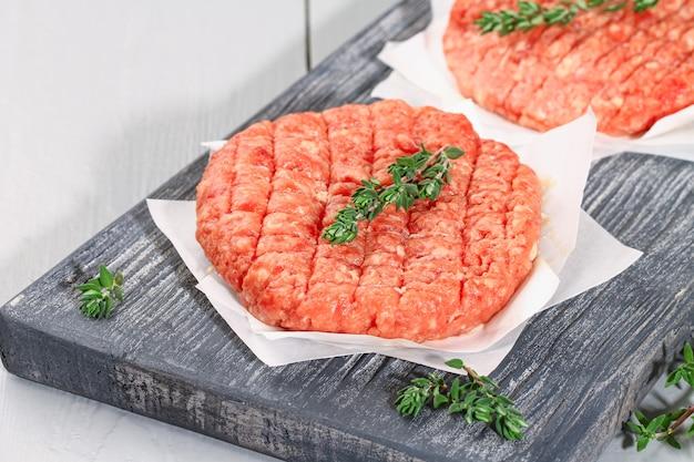 Paszteciki z surowej mielonej wołowiny do burgerów