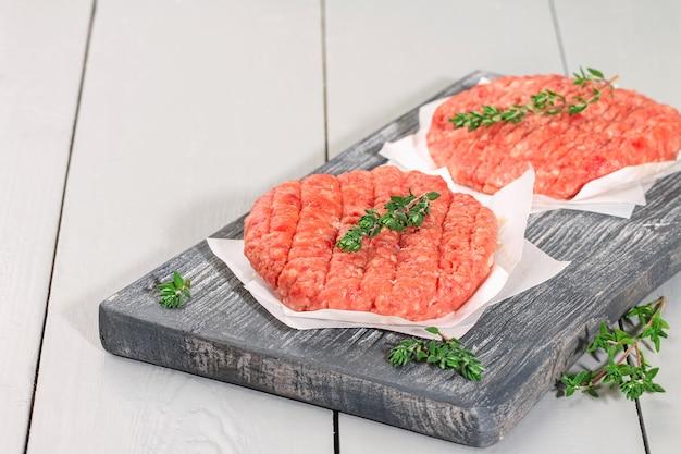 Paszteciki z surowej wołowiny mielonej do burgerów hamburgery z surowego mięsa kotlety wołowe