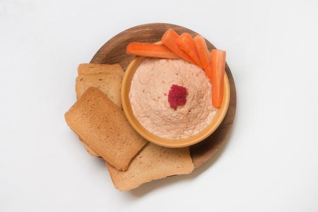 Pasztet z łososia wędzonego z pieczywem tostowym i marchewką
