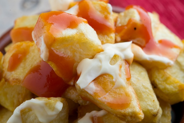 Patatas bravas typowy hiszpański