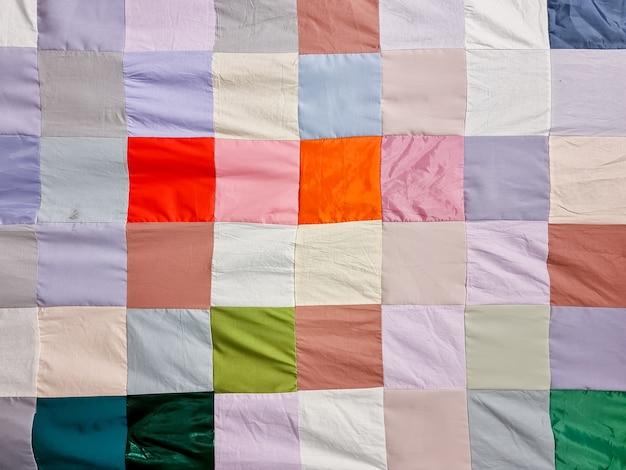 Patchworkowa kołdra podstawowy wzór kwadratowa część patchworkowej kołdry jako tło kwiatowy nadruk kolorowy koc w stylu patchwork handmade