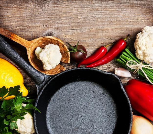 Patelnia i świeże warzywa widok z góry
