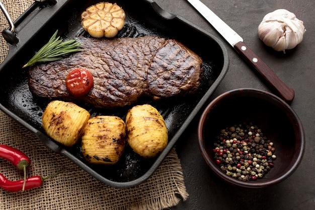 Patelnia z gotowanym mięsem