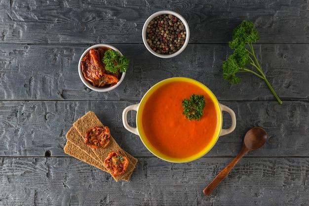 Patelnia z kremem pieprzowym i składnikami na drewnianym stole. zupa z diety wegetariańskiej