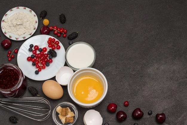 Patelnia z naleśnikami zbożowymi. mąka, jogurt jagodowy, masło, konfitura miodowa. przekąska zdrowej diety. leżał na płasko. skopiuj miejsce