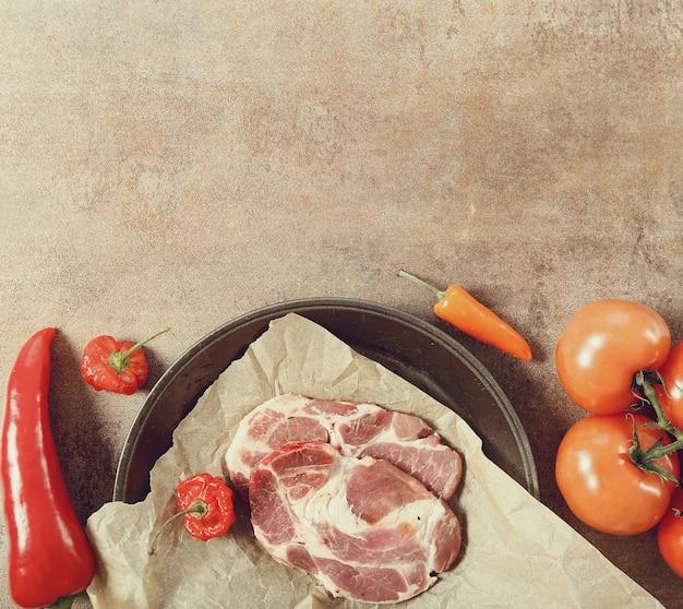 Patelnia z surowego mięsa i warzyw, copyspace