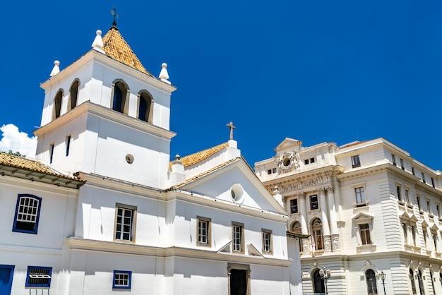 Patio do colegio, historyczny kościół i szkoła jezuitów w sao paulo w brazylii