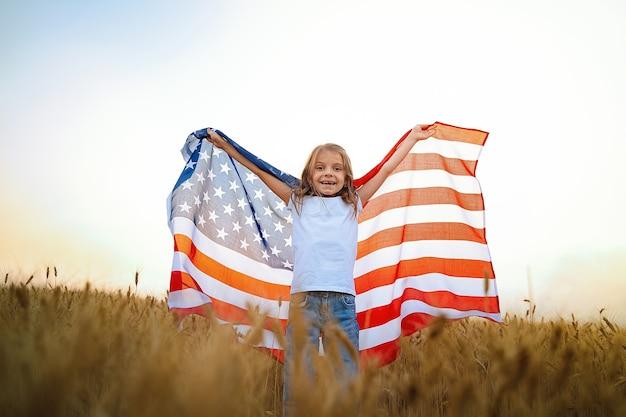Patriotyczna Dziewczyna Ubrana W Amerykańską Flagę W Polu Pszenicy Premium Zdjęcia